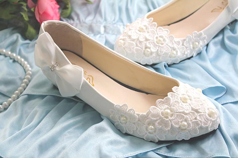 Туфли невесты белые кружевные на низком каблуке