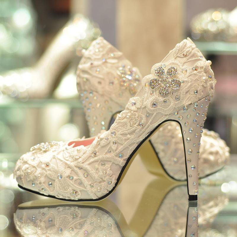 Белые свадебные туфли на высоком каблуке
