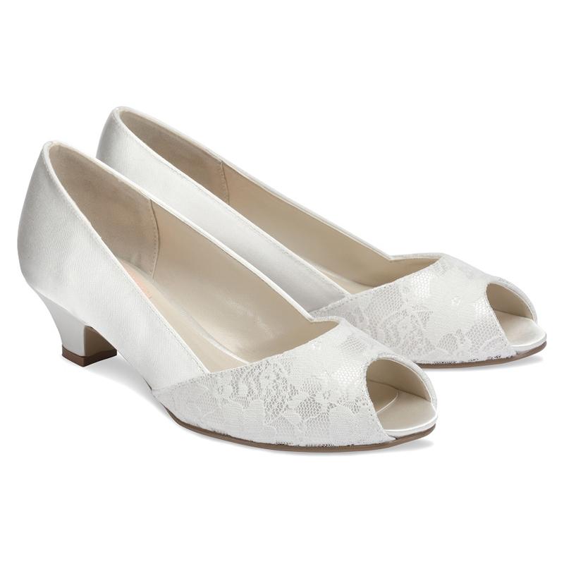 Белые туфли невесты на низком каблуке
