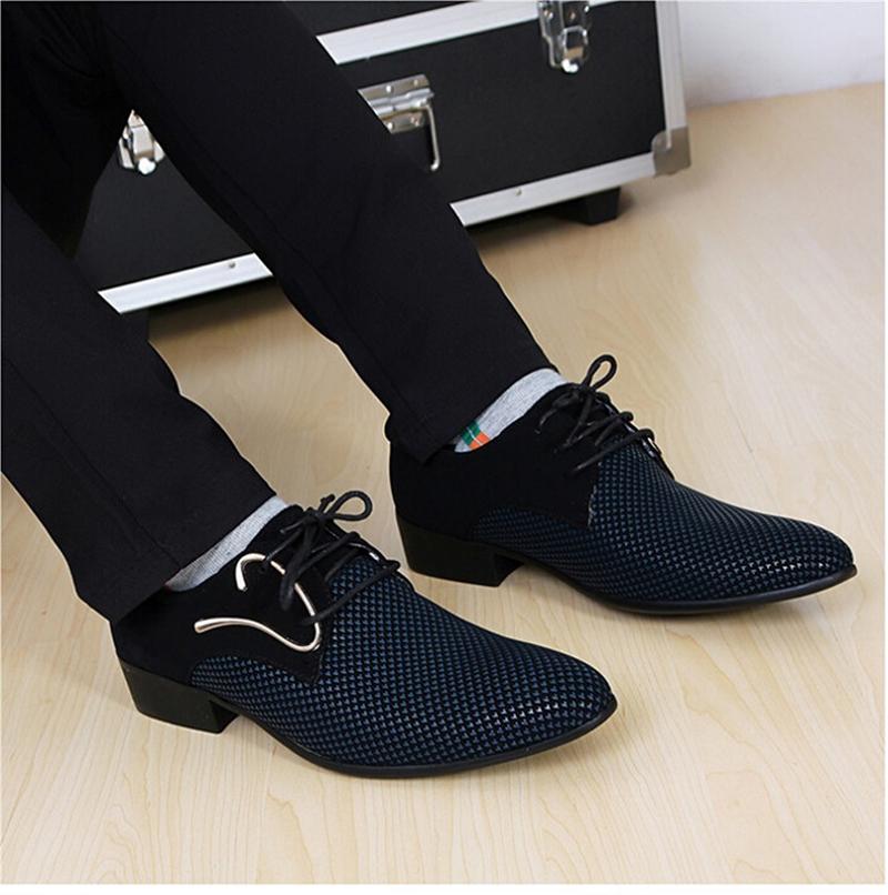 Мужчина примеряет туфли