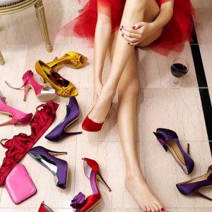 Девушка примеряет много туфель