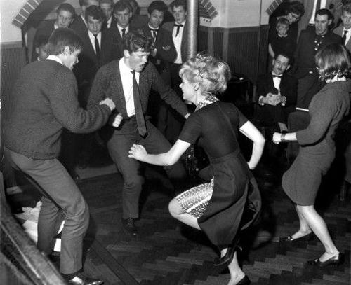 Девушки и парни танцуют твист