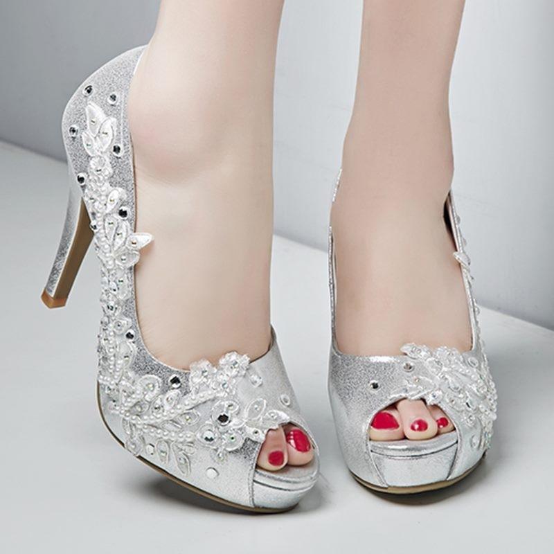 Серебристые женские туфли на выпускной вечер