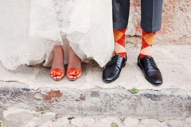 оранжевые туфли невесты в тон носков жениха