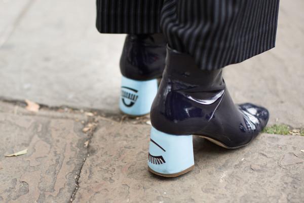Черные ботинки с голубым каблуком.