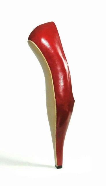 красные странные туфли