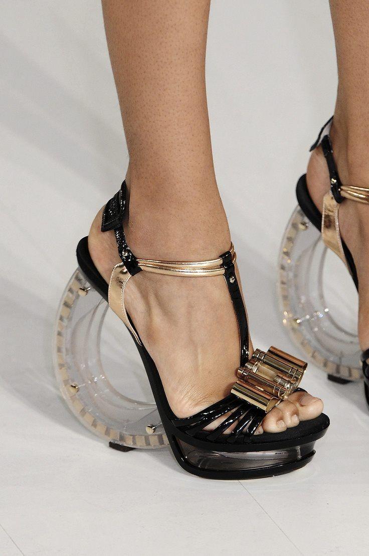 Черные туфли со странным каблуком