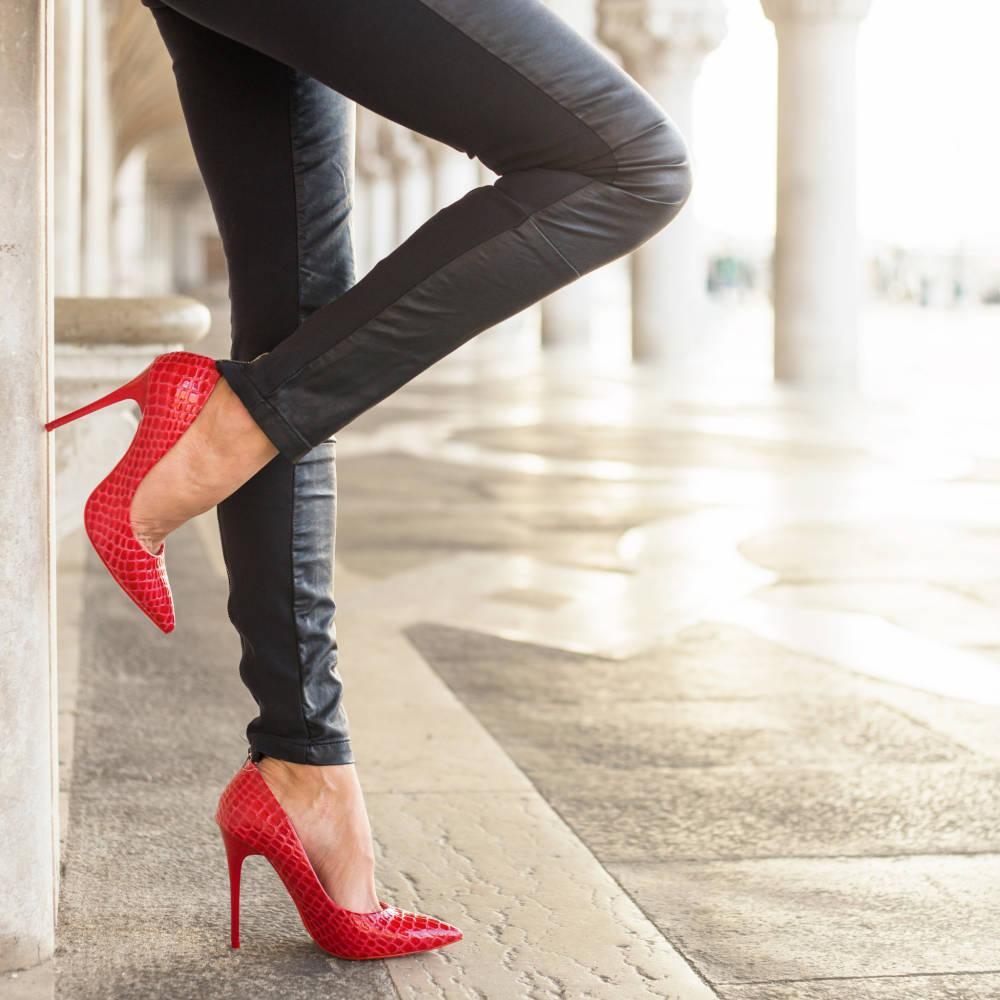 красные туфли на шпильке