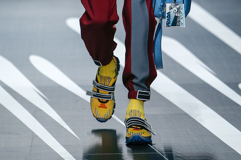 желтые мужские туфли Prada