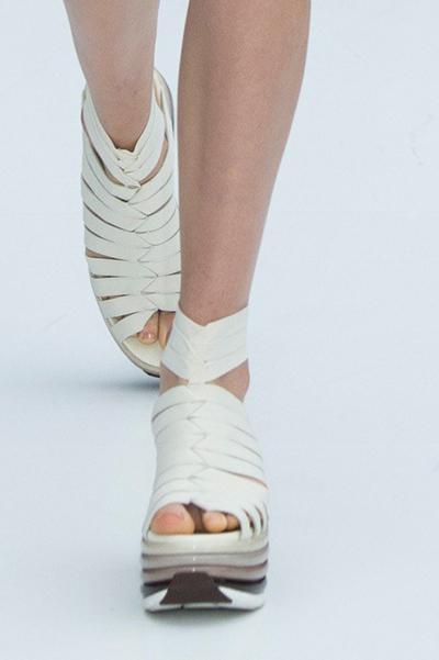 Белые туфли на платформе от Salvatore Ferragamo весна-лето 2017 на Неделе моды в Милане