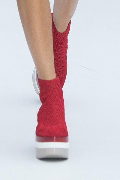 Красные туфли на платформе от Salvatore Ferragamo весна-лето 2017 на Неделе моды в Милане