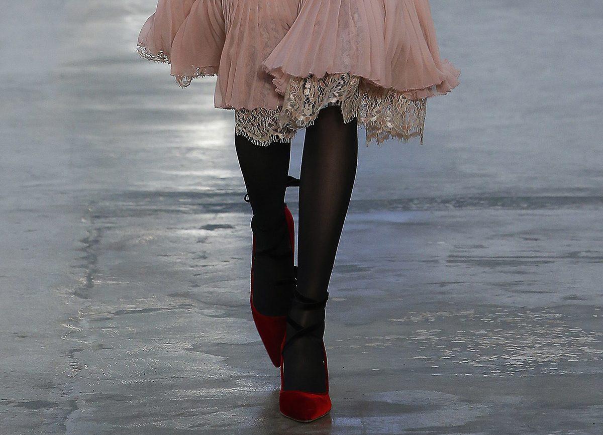 Красные бархатные туфли от Carolina Herrera