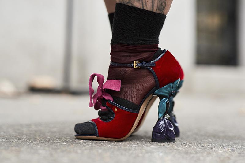 красные туфли с необычным каблуком. Неделя моды. Милан. 2018