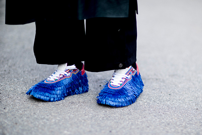 синие ботинки с бахромой. Неделя моды. Милан. Осень 2018
