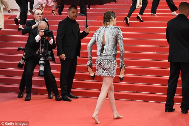 Кристен Стюарт снимает туфли на красной дорожке в Каннах
