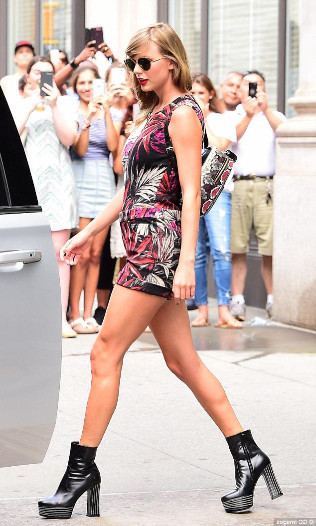 Тейлор Свифт сочетает ботильоны с цветочным платьем и маленьким рюкзаком