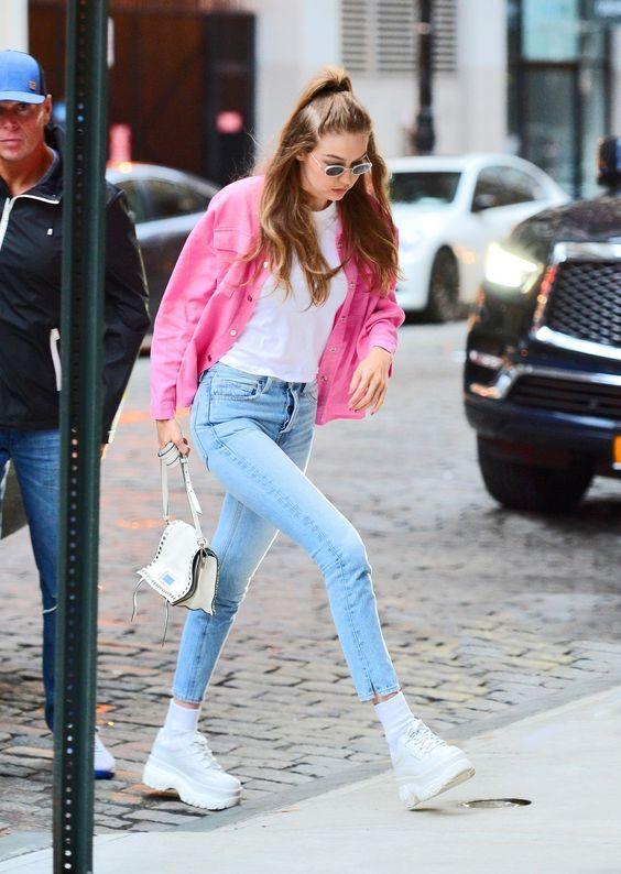 Джиджи Хадид в белых ботинках на платформе и синих джинсах