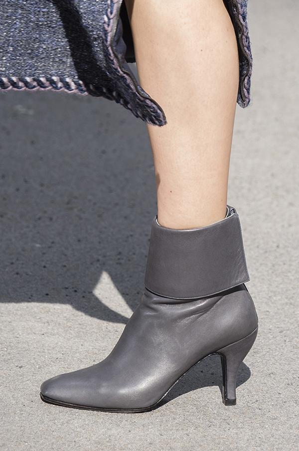 серые кожаные ботильоны Chanel осень 2018