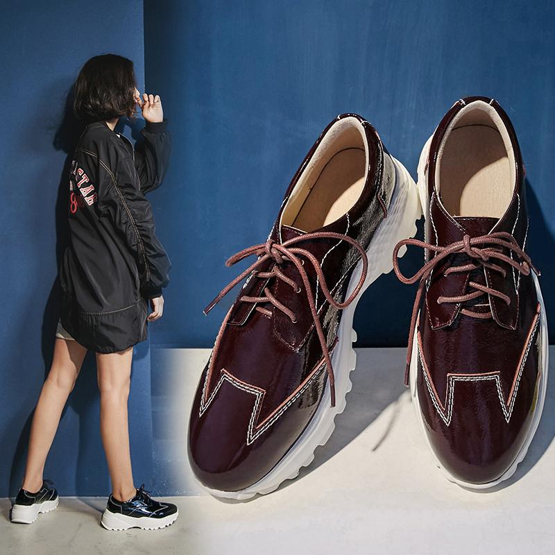 Папины кроссовки спортивного стиля на толстой плоской платформе от Chiko Beecher.