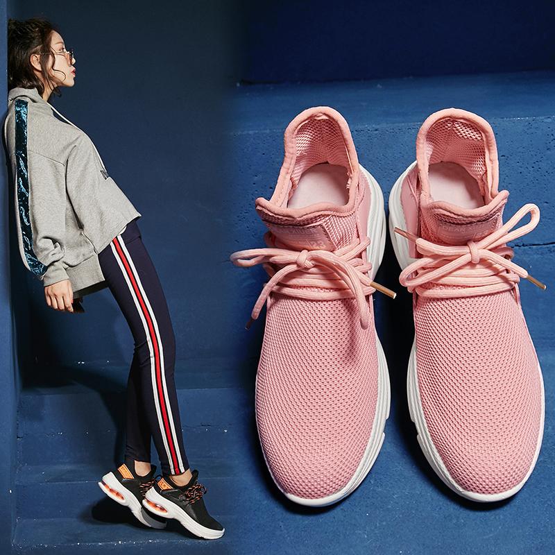 Носите кроссовки-носки от Chiko Bay со спортивными штанами и толстовкой с капюшоном.