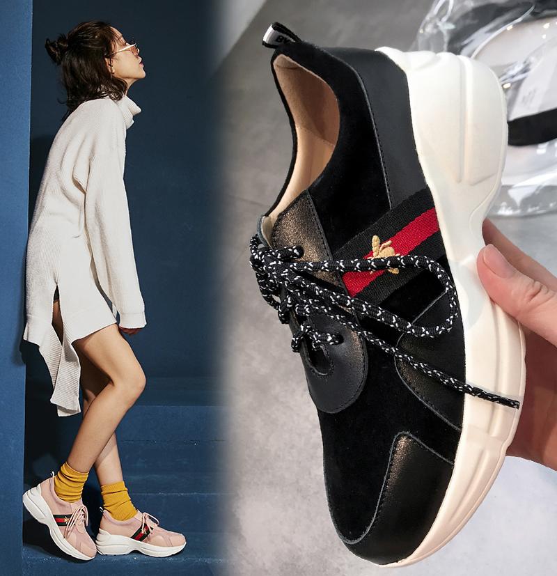 Папины кроссовки на толстой плоской платформе от Bayleigh в сочетании со свободным свитером и шортами