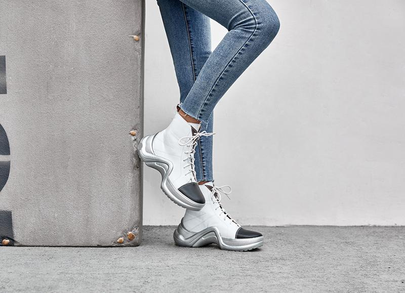 белые кроссовки с металлическими вставками
