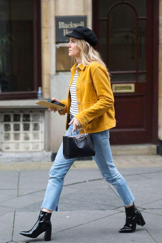 Синие джинсы в сочетании с черными ботинками Chelsea
