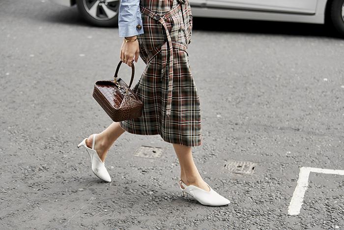 белые туфли на низкой шпильке Неделя моды в Лондоне